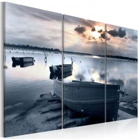 Foto schilderij - A small boat by a lake